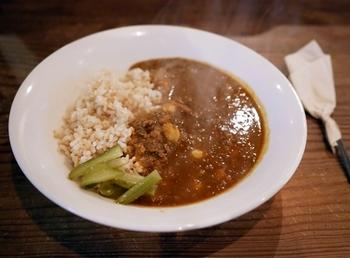 【玄米とひよこ豆のカレー】 浄智寺・恵温和尚から伝授された秘伝のカレー。ぷちっとした食感の玄米に、ひき肉とひよこ豆たっぷりのルーがかけられています。野菜の旨みが効いていて、辛さ控えめなのが特徴。刻みピクルスの酸味が、カレーの良いアクセントになっています。