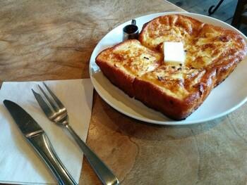 【フレンチトースト】 シンプルなフレンチトースト。卵液・漬け込み時間・焼き方にこだわり、外はこんがり、中はしっとりした味わいを楽しめます。