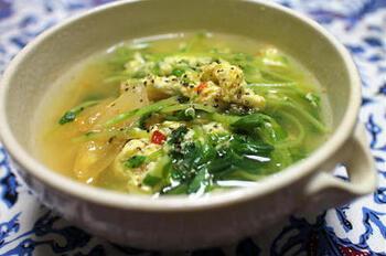 こちらは、キムチの入った卵スープです!お好みの白菜キムチで作ってみてください。豆苗と卵との相性も◎仕上げにごま油を回しかけてから、器によそいましょう。