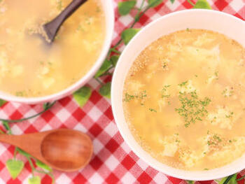片栗粉を使わずに作れる卵スープはほかにもありますが、こちらはさらに簡単にできるレシピ。味付けはうどんスープの素のみ、具材も卵のみです!仕上げに白ごまとパセリを振れば、ささっとおしゃれに完成。今すぐ食べたい即席卵スープに最適です♪