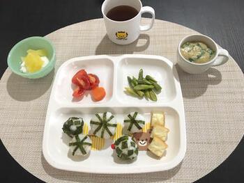 卵は、離乳初期の5~6カ月頃から、卵黄を固ゆでにしたものから始めるなど踏むべきステップがありますので、いきなり卵スープではなく年齢に合わせて少しずつ慣らしていきましょう。こちらは、離乳食完了期から食べられる卵スープです。野菜のだし汁を使って、具材にはサラダ菜を使用。とろみを付けて卵を入れ、卵に火が通ったら完成です。