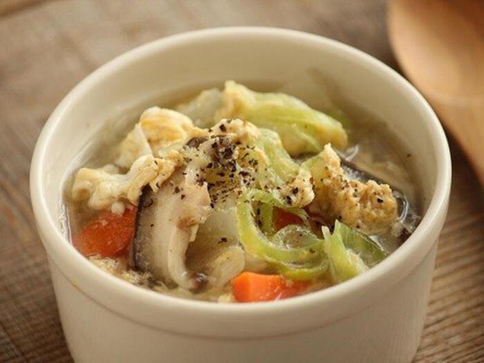 焼肉屋さんで出てくるような卵スープが飲みたい!そんなときにおすすめのレシピです。具だくさんの卵スープなので、おうち焼肉をはじめ、野菜が少なめの献立のときにもぜひ合わせてみてください。長ネギとあらびきコショウを入れることで、焼肉屋さん風な雰囲気がアップするのだそう♪