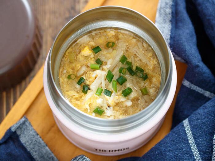 寒い日のお弁当には、温かいスープがあるととっても重宝しますよね。卵スープは、お弁当にもおすすめ。鶏ひき肉も入っているのでボリュームもアップします。えのきや長ネギはキッチンバサミを使えば、忙しい朝でもスムーズに作れますよ。スープを入れる前に、ジャーを熱湯で温めておきましょう。