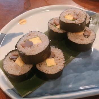【そば寿司】 せっかくおそば屋さんを訪れたら、そば寿司もいただきたいところ。お酒とも合いそう◎