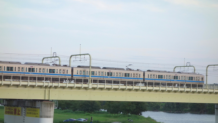 狛江からは小田急線で下北沢や新宿に20分程度でアクセスでき、バスで世田谷方面にも行きやすいので、郊外の中でも比較的都心へ出やすいエリアです。調布や仙川など京王線方面へもバスが出ているので、平日の通勤・休日のお出かけともに選択肢が多そうですね。