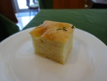 【自家製パン】 お店で提供している自家製フォカッチャ。ローズマリーを練り込んでおり、さわやかな香りとしっとりとした食感を楽しめます。