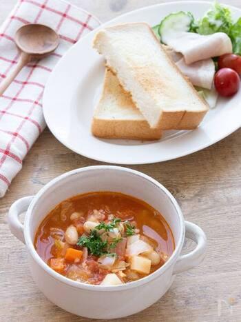 寒い冬の時季は甘酒で作った温かいスープもおすすめですよ。こちらはキャベツや人参、トマトにじゃがいもなど、様々なお野菜がたっぷり入った栄養満点のミネストローネ。甘酒を加えることでコクと旨みがさらにUP。身体を内側からじんわりと温めてくれます。
