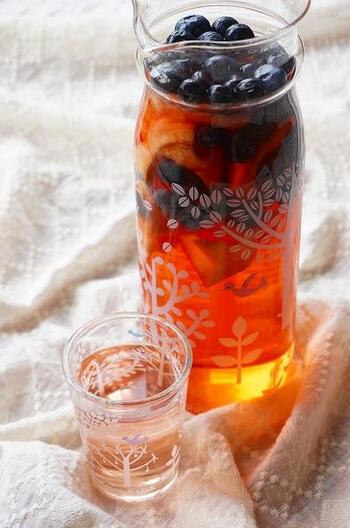 こちらはリンゴ酢に桃とブルーベリーを漬け込んだ簡単サワードリンクです。芳醇な桃の香りと、リンゴ酢の爽やかな酸味が楽しめる贅沢な一品。見た目も美しいサワードリンクは、夏のおもてなしにもぴったりです。