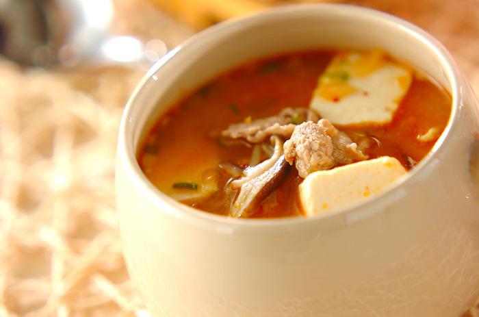 キムチや豚肉、豆腐にシイタケなど、様々な具材が入ったボリューム満点のみそスープです。白菜などの野菜を発酵させたキムチには乳酸菌が豊富に含まれているため、味噌と組み合わせることでより高い整腸作用が期待できますよ。