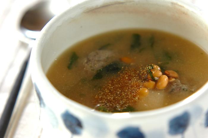 こちらはイワシのつみれの旨みがぎゅっと詰まった、栄養満点の美味しい味噌スープです。食物繊維が豊富な納豆を加えることで、整腸作用もさらにUP。ボリュームたっぷりで体も温まる味噌スープは、寒い冬の時季にぜひおすすめです。