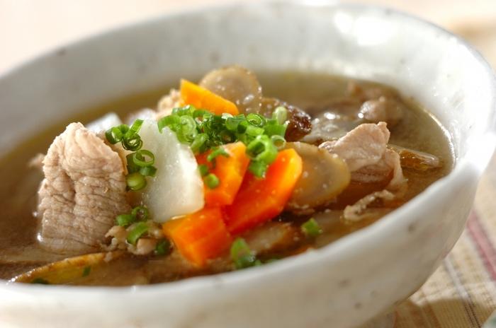 味噌の代わりに塩麹を使った優しい味わいの豚汁です。大根・人参・ゴボウなど野菜もたっぷり入って栄養満点。塩麹を加えることで肉や野菜の旨みが引き出され、美味しいスープに仕上がります。