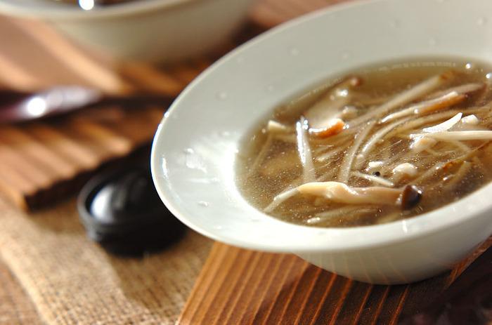 こちらは食物繊維が豊富なキノコとゴボウを使ったヘルシーなジンジャースープです。塩麹で味付けすることでコクと旨みがプラスされて、まろやかな味わいに。調理時間10分で簡単に作れるので、忙しい朝にもおすすめです。