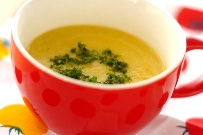 鮮やかな黄パプリカを使ったおしゃれなポタージュスープ。パプリカの甘みと、塩麹の旨みがぎゅっと詰まった贅沢な一品です。見た目も華やかなポタージュスープは、普段の食卓はもちろん、おもてなし料理にもおすすめですよ。