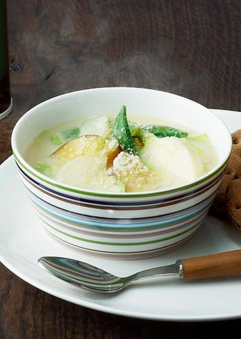 さつまいも・カブ・キャベツ・スナップエンドウなど様々な野菜に、豆乳を合わせた栄養満点の美味しい味噌スープです。仕上げに粉チーズを振りかけることで、コクと旨みがプラスされてリッチな味わいに仕上がります。