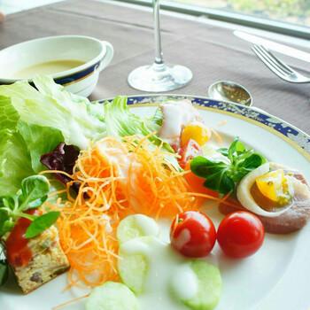 鎌倉ならではの新鮮なサラダも。バジル風味やカニサラダなど、季節によって内容が変わる魅力も。 プランによっては、サラダバーを設けている場合もあります。