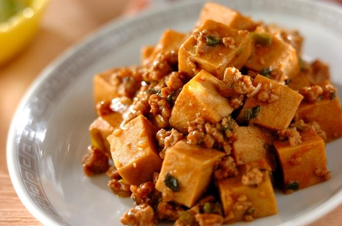 一味違った麻婆豆腐を楽しめるレシピ。甘辛いタレが絡んだ濃厚な美味しさです。ご飯との相性は抜群!食べ盛りのお子さんにも喜ばれそうですね。