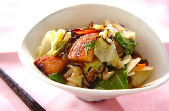 キャベツ、にんじん、玉ねぎ、さつま揚げを塩昆布で炒めたボリューム満点ながら野菜をたっぷりいただけるヘルシーな炒め物レシピ。調味料は塩昆布の他にめんつゆだけなので、さつま揚げがあれば、冷蔵庫にある野菜で美味しい炒め物を簡単に作れます♪