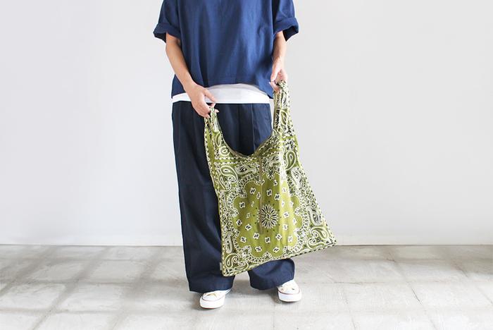 アメリカのサウスカロライナの老舗メーカー「CAROLINA」のバンダナブランド「HAV-A-HANK」のバッグは、昔ながらの製法で作られたバンダナ生地で作られています。開口部は紐付きなので安心。