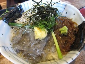 【三色丼】 生しらす&釜揚げしらすに、生しらすの沖漬けやお刺身がのった三色丼もおすすめです。