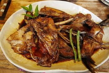 丼ぶりだけでなく、焼き魚や煮魚などの一品料理も充実。お酒をいただきながら、お刺身・焼き魚・煮魚などを注文して、しらす丼で締めるのもおすすめです。