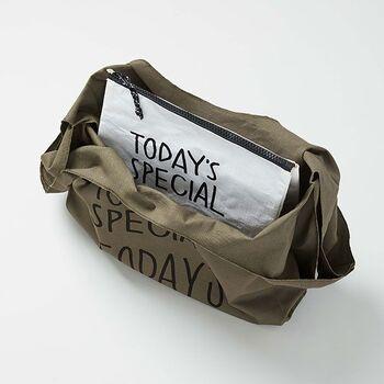 こんな風にバッグの中に入れておけば、冷凍食品などの買出しはもちろん、ピクニックなどのアウトドアシーンにも活躍してくれそうです。