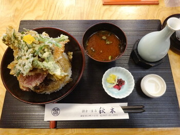 【鎌倉やさい天丼】 いろんな鎌倉野菜を積み上げたボリュームのあるメニュー。カラフルな見た目を楽しめるのも嬉しいポイントです。
