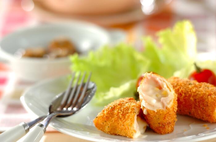生ハムの塩気がホワイトソースと相性抜群のコロッケ。春巻きの皮に生ハムをのせて、さらにコーンを混ぜ合わせたホワイトソースをくるんでパン粉で揚げます。しっとりとした生ハムとコーンのプチプチ感、春巻きの皮のパリパリ感と、食感も楽しめるレシピです。