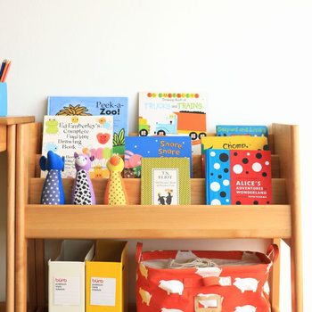 お子様が小さいうちは、表紙が見えるディスプレイ型の本棚がおすすめ。パッと見ただけでどんな本があるか分かるので、本への好奇心が高まり、子供が自分で読みたい本を選ぶ楽しさや自主性も育まれます。