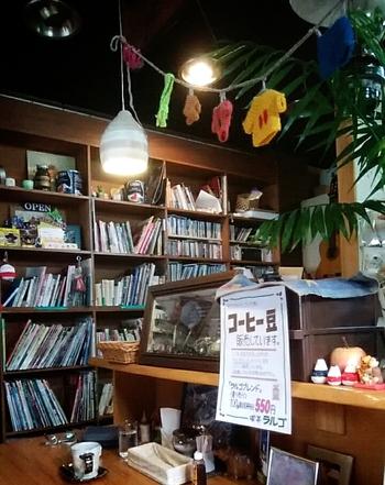 カウンターではオリジナルブレンドの珈琲豆を販売。そのほかライブやアートの展示会なども行われるマルチな空間なのです。