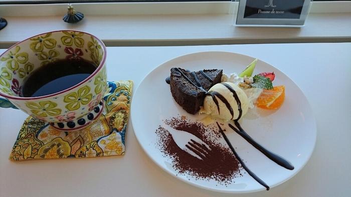 釧路湿原と鶴居村を結ぶ「たんちょう舞ロード(道道53号線)」の道中にあるので、ドライブの一休みにぴったり。ケーキやパンケーキ、ベーグルなどをいただきながら、ほっとひと息。