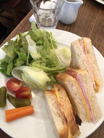 【ハムチーズ】 ワンプレートに、サンドイッチやサラダが盛り付けられています。