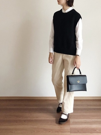 この冬のマストアイテム「ベスト」。白シャツを合わせれば、きちん感のある着こなしに。小物を黒でまとめるとぐっと大人っぽい雰囲気になりますね。