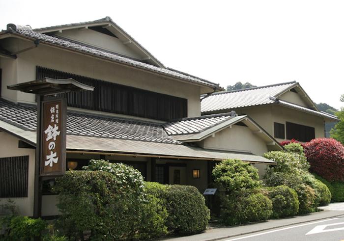 「鉢の木 北鎌倉店」の場所は駅から徒歩5分ほど、東慶寺・浄智寺前の数寄屋造りの一軒家です。ミシュランガイドにも掲載されている精進料理の味を、ぜひ体験してみてはいかがでしょうか。
