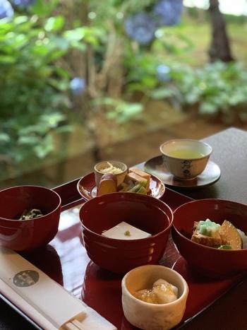 和の香り漂う北鎌倉で、由緒ある精進料理をいただいてみるのも良いですね。昭和39年創業の「鉢の木」北鎌倉店では、出汁にも動物性の食材を使用しない、本格的な精進料理が作られています。  五味(甘、辛、塩、苦、酸)、五色(赤、青、黄、白、黒)五法(生・煮る・焼く・揚げる・蒸す)の伝統調理で、季節の野菜や豆腐などをメインに工夫を凝らし、食べ応えもあるコース料理は大人気。それぞれの食材本来の味を、静かにしみじみと味わうことができます。