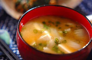 ほっこり甘味のある玉ねぎの味噌汁。芽の部分が入っても、しっかり火が通っていればおいしく食べられます。