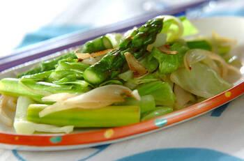 野菜炒めに薄切りにしたニンニクを加えたスタミナレシピ。伸びた芽の部分も一緒に加えて大丈夫です。