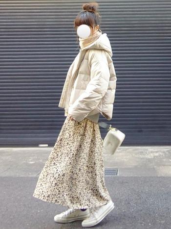ショート丈のダウンをセレクトすれば、ふんわりとしたスカートと合わせてもスラリと見せることができますよ♪白のダウンが着こなしに柔らかさをプラスして、女性らしいダウンコーデになっています。