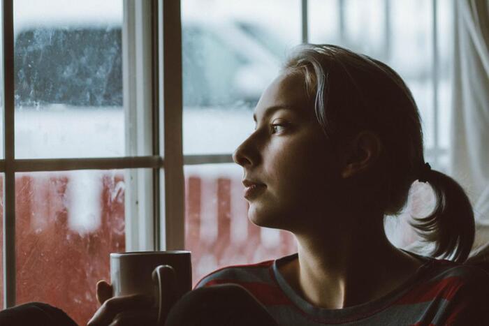 暗いニュースに気持ちが沈み、いつまでも不安が拭えない時は、その本当の原因が何なのかを改めて考えてみることも解決の方法になります。自分自身が何か悩みを抱えていたり、うまくいかない事柄に苛立ったりしていると、たまたま目にしたネガティブな話題に感化され、いつのまにか自分の憂鬱な気分を膨らませている場合があるからです。