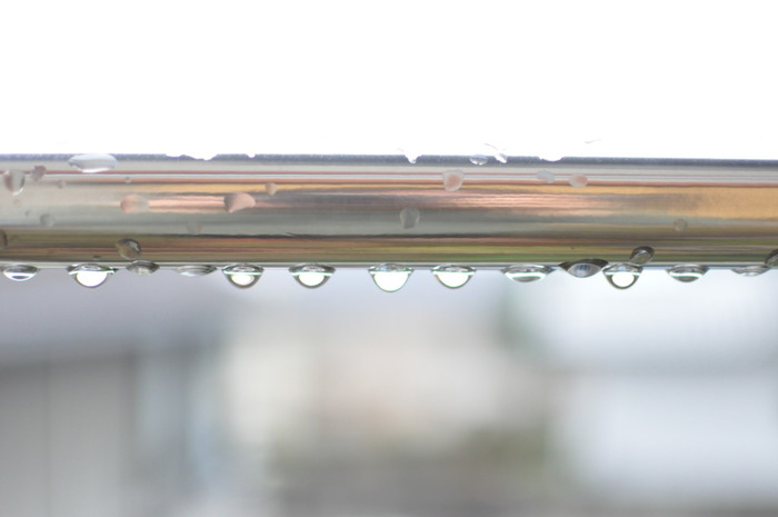 雨が降ったあとのベランダの手すりや、物干し竿を拭くのにも使い古したタオルが活躍します。排気ガスや土埃、黄砂などでベランダは思っている以上に汚れています。エアコンの室外機拭きにも◎