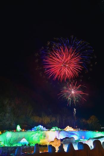 期間中は打ち上げ花火もおまつりに華を添えてくれますよ♪  ■氷瀑まつりは2020年1月23日(木)~3月15日(日)、13:30~21:30の日程で開催。※2月4日(火)~2月11日(火)は9:00~21:30