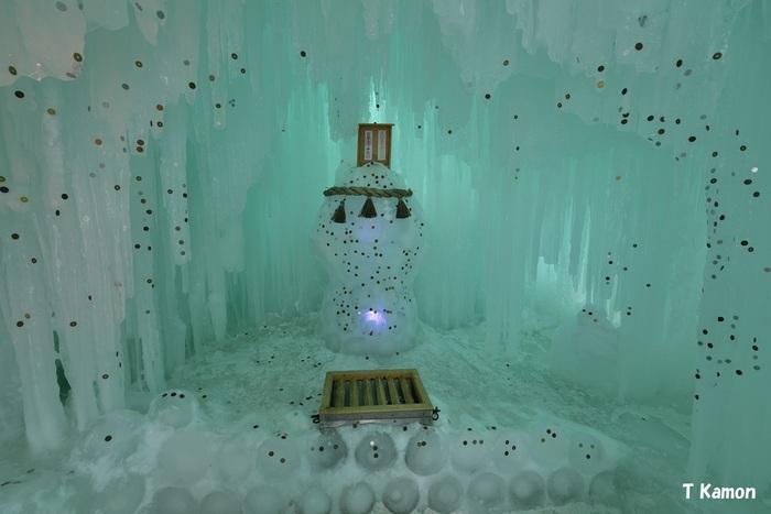 """氷で作る神玉(かみたま)が鎮座する氷瀑神社。雪だるまのような""""神玉""""にお賽銭が貼りつくと、恋愛運や金運などさまざまなご利益を授かるといわれています。神秘的だけれど可愛い見た目…訪れた際にはぜひお参りしておきたいですね。"""