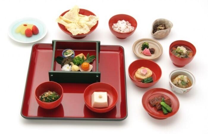 画像は精進料理「松」の一例です。濃厚な「胡麻豆腐」、揚げた湯葉に7種類の野菜が入った「延命袱紗揚」など、鉢の木ならではの看板料理は必食の美味しさだとか。前菜から水菓子まで禅の教えに基づいた伝統料理で、身も心も清々しくなれそうなひとときを過ごせます。