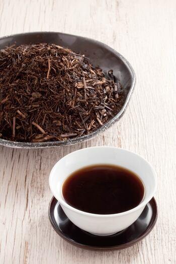 ペットボトル飲料やカフェメニューなどでも目にする機会が増えた「ほうじ茶ラテ」。ほうじ茶は美味しいだけでなく、その香ばしい香りからリラックス効果が期待できるという嬉しい特徴もあるんです。