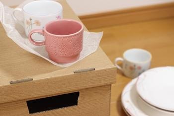 引越しで食器などの割れ物を荷造りする時に、使い古したタオルが大活躍します。隙間に詰めたり、食器を包んだりして緩衝材にしましょう。大きなお皿はバスタオルが役立ちますよ。荷ほどきしたあとは、食器をしまう前に家具やキッチンの拭き掃除として使えば一石二鳥。