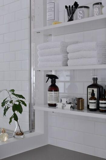 こちらでは洗面所のウォールラックに真っ白なタオルを収納しています。清潔感のある白で統一しているので、見せる収納でもすっきりとしていますね。使いたい時にサッと手に取れるのも見せる収納のメリット。