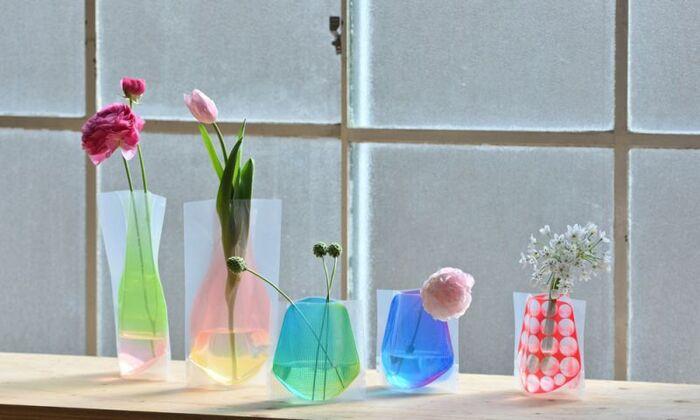 もともとは平たいビニール。そこに水を入れると3Dの花瓶に変身!カラフルな色合いが気持ちを明るくさせてくれます。割れる心配がないのも嬉しいですね。