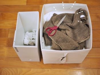 こちらでは使い古したタオルを一旦保管しておくボックスを用意しています。一緒に裁ちばさみを入れておけば、いつでもウエスを用意できますね。カットしたウエスはファイルボックスに入れて、いつでもすぐに使えるようにスタンバイ。