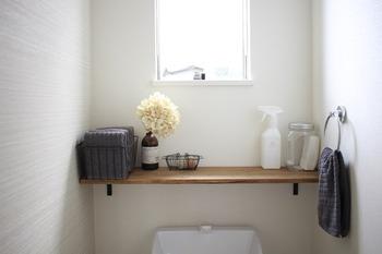 トイレ用タオルの収納に、アイアンのバスケットを使っている実例です。グレーで統一したタオルがすっきりとしていて、おしゃれに収納できていますね。新しいタオルをサッと取り出せるのも便利。