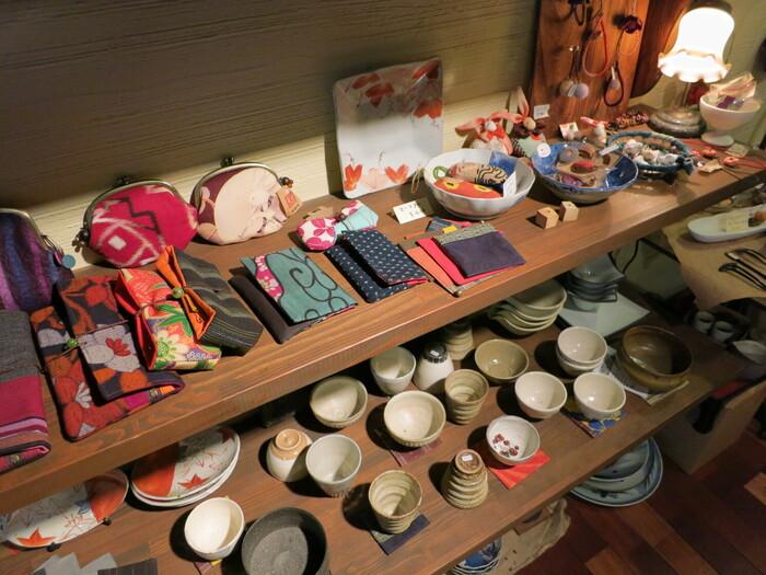 店内では、和雑貨や陶器も展示・販売されています。お茶をいただいて、素敵な雑貨を眺めて過ごす…。身体の内側から、じんわり癒されていくひとときとなりそうです。
