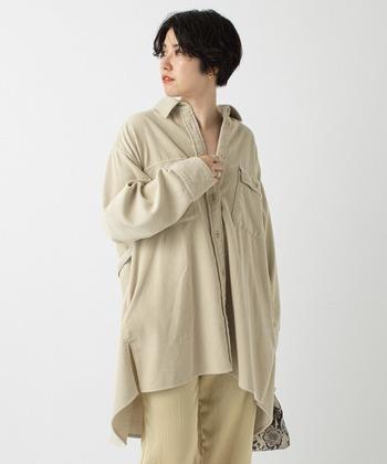 着るだけで冬らしい雰囲気を高めてくれる、オフホワイトのシャツジャケット。重たくなりがちな寒い季節に、ぱっと目を引く温もりあるアクセントをプラスできます。
